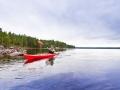 Paddler im Kajak auf dem Stora Glå im Naturreservat Glåskogen.