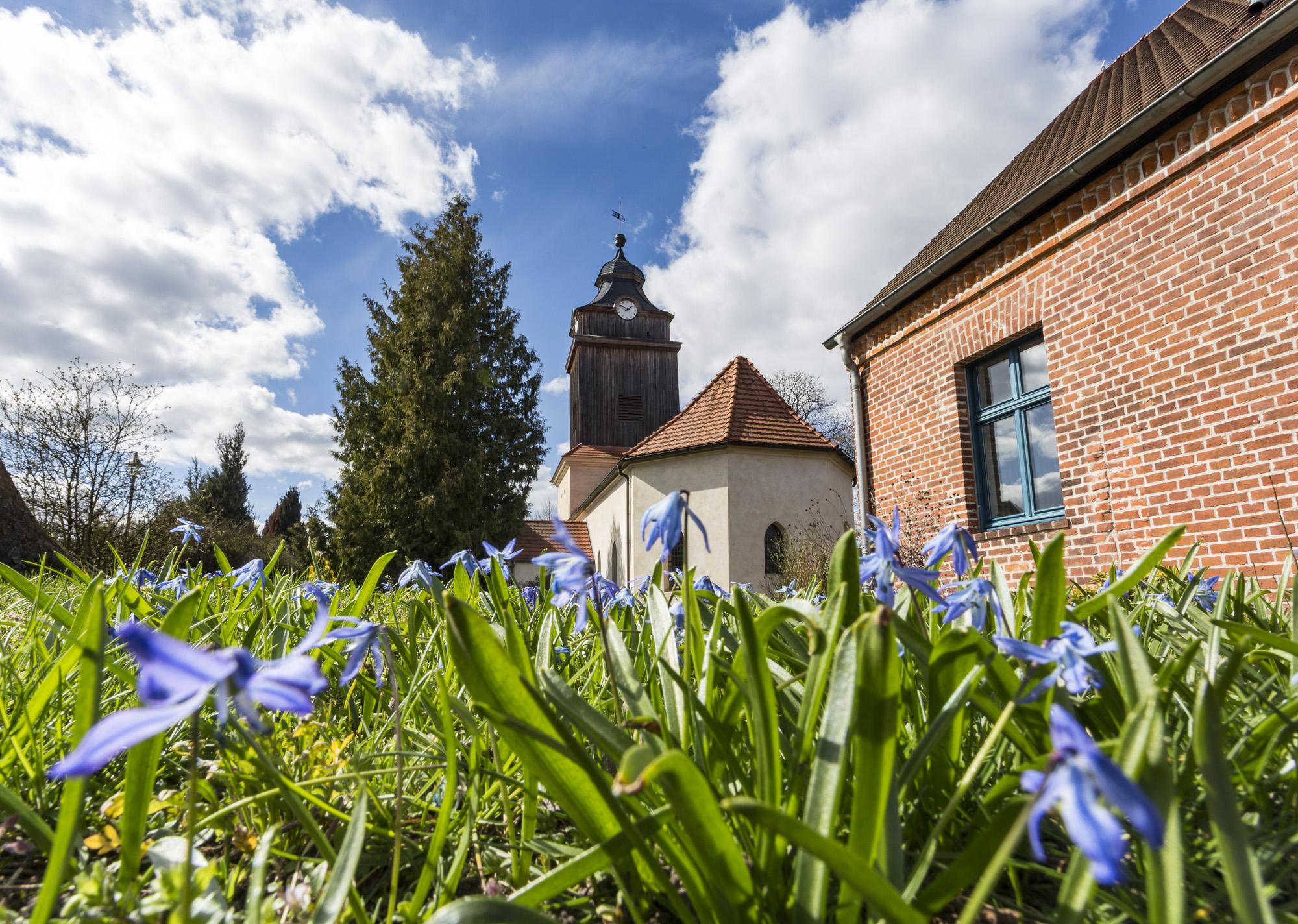 März: Kirche Basdorf