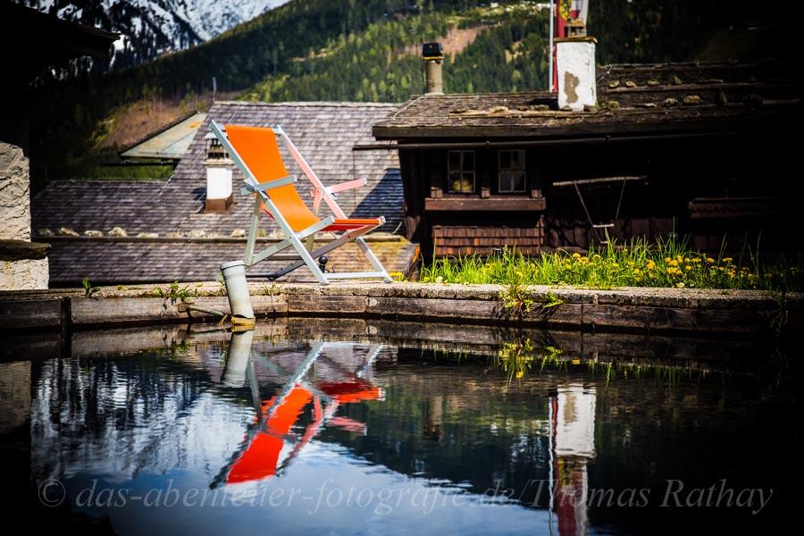 Orangener Liegestuhl auf der *Bellevue Alm* in Bad Gastein.