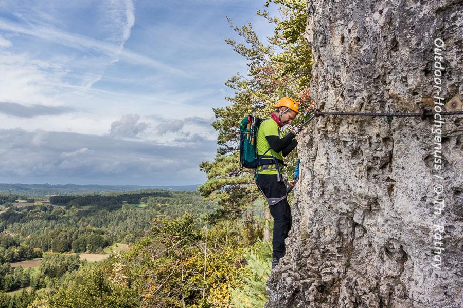 Mann im Klettersteig Höhenglücksteig