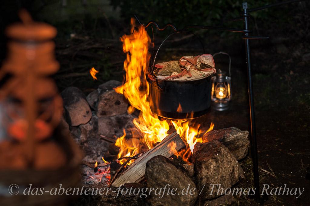 Laternen und Backtopf auf dem Lagerfeuer - Outdoorcooking in Brandenburg