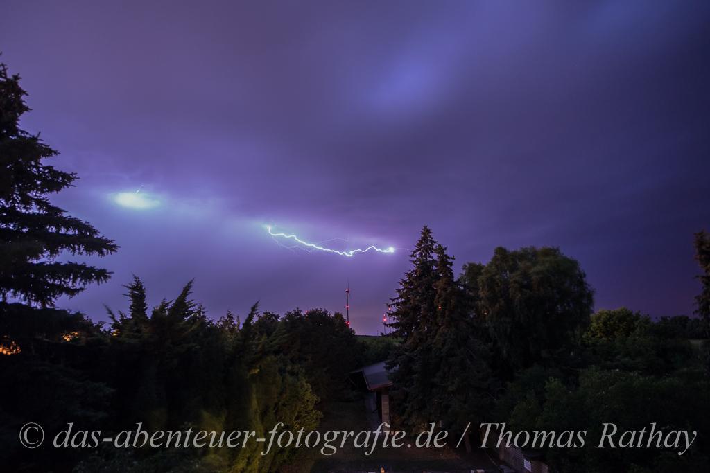 Blitz über Windkraftanlage
