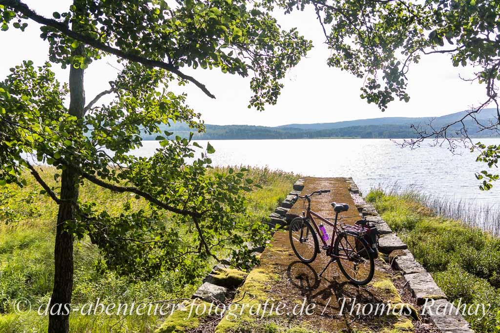 Fahrrad im Gegenlicht vor dem Glafsfjorden