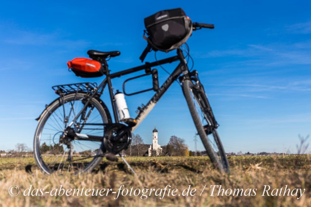 Fahrrad als Rahmen um eine Kirche