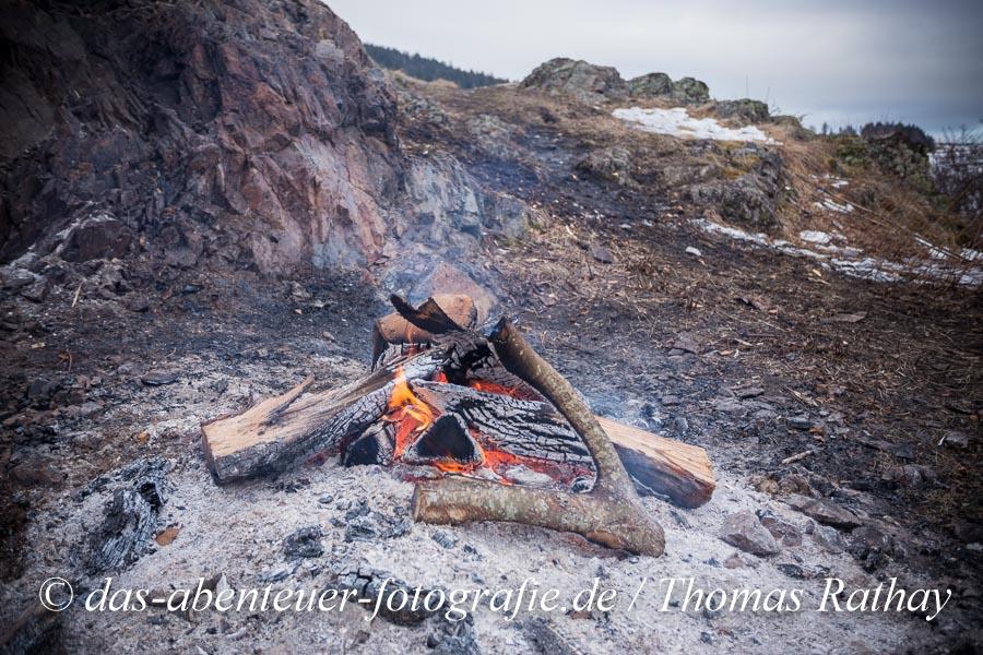 """Das Scheibenschlagen ist ein Feuerbrauch in Mitteleuropa, bei welchem im """"Scheiben-"""" (alemannisch: Schiibefüür, elsässisch """"Schiewackefier"""") bzw. """"Funkenfeuer"""" glühend gemachte Holzscheiben mit Hilfe von Stecken von Anhöhen oder Berghängen talabwärts katapultiert werden, indem sie über eine Rampe beschleunigt werden."""